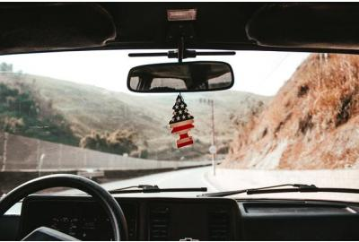 Driving_down_an_american_country_road_from_the_drivers_view