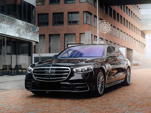 mercedes_parked_in_a_city_center